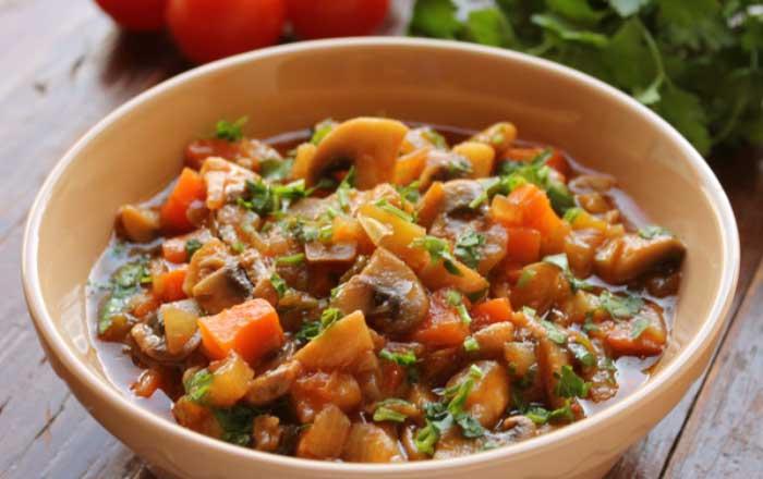 ciuperci cu legume la tigaie